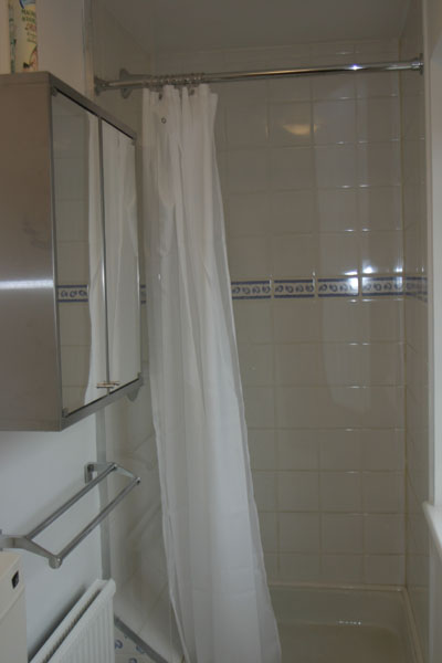 Shower for Maidenhead self catering apartment for short term let. Rooms to let in Maidenhead
