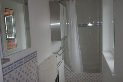 Bathroom for Maidenhead self catering apartment for short term let. Rooms to let in Maidenhead