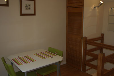 dining table and chairs for Maidenhead self catering apartment for short term let. Rooms to let in Maidenhead