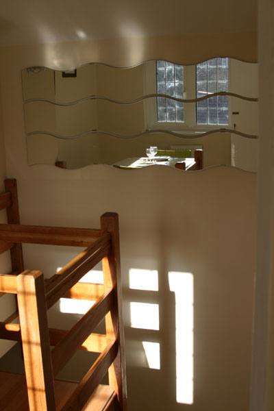 Stairs and mirror for Maidenhead self catering apartment for short term let. Rooms to let in Maidenhead
